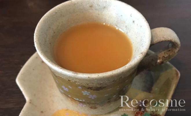 アルフェビューティコンクパウダーを紅茶に入れて混ぜた様子