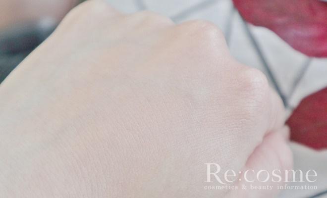 手の甲にファンデーションを塗ってみた