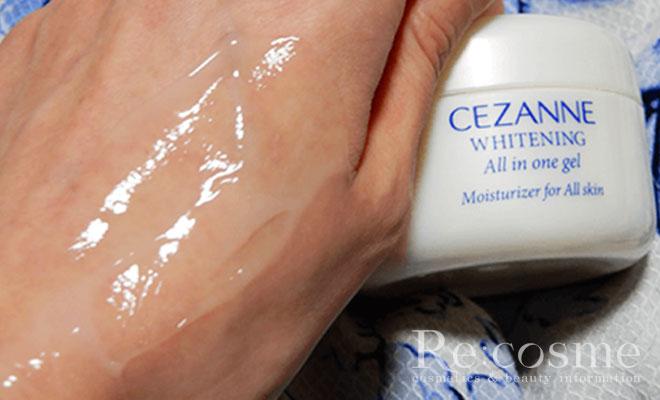 セザンヌ 薬用美白大人のねりジェルを手の甲に伸ばす