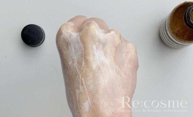 イソップのトゥーマインズフェイシャルクレンザーを手の甲で撫でて白く濁った状態