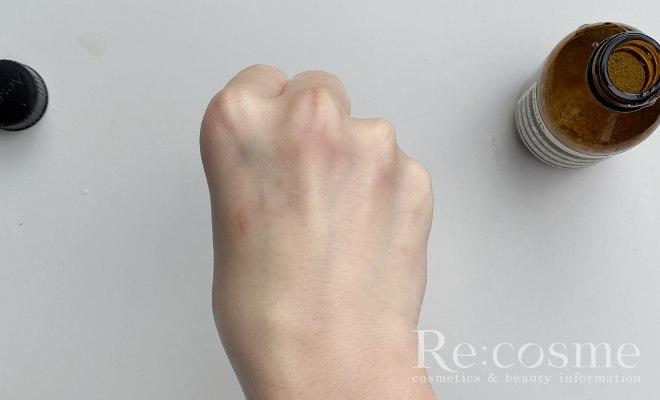 イソップのトゥーマインズフェイシャルクレンザーを洗い流した手の甲