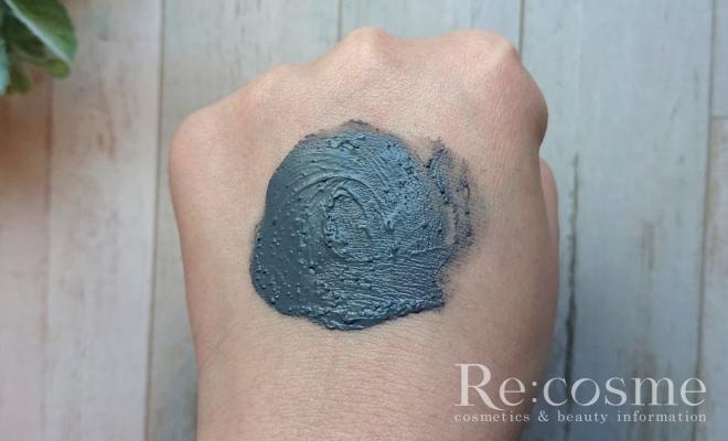 ポアクレンジングを手の甲に塗り広げる