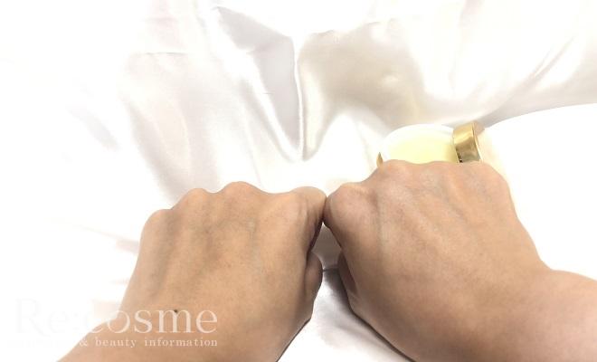左手と金のエンリッチリフトゲルを塗布した右手を撮影したときの様子