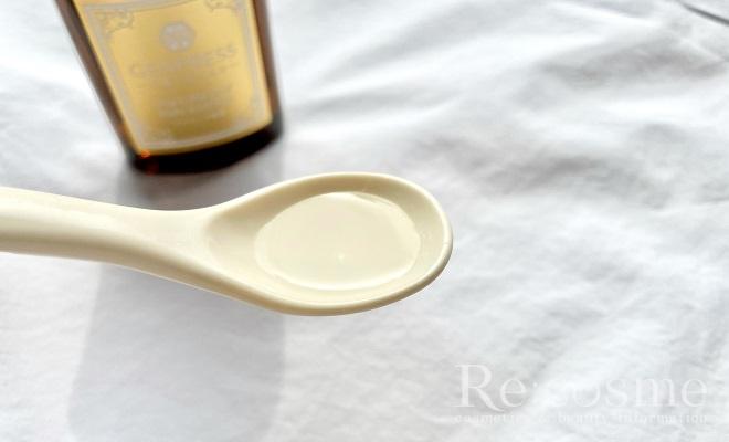 天使のおまもりプラセンタ原液をスプーンに出した写真