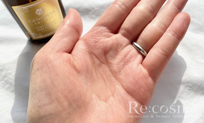 天使のおまもりプラセンタ原液を手のひらに出した写真