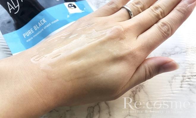 オルフェスのパックピュアブラックの美容液を手の甲に伸ばした写真