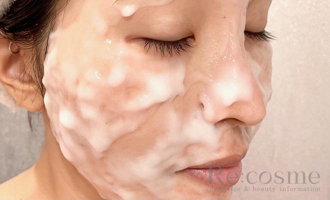 プルリの炭酸パックを顔に塗った写真