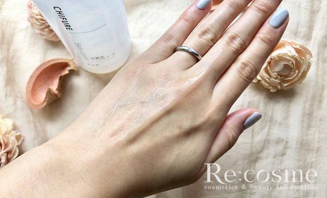 ちふれのノンアルコール化粧水を手の甲に塗った写真