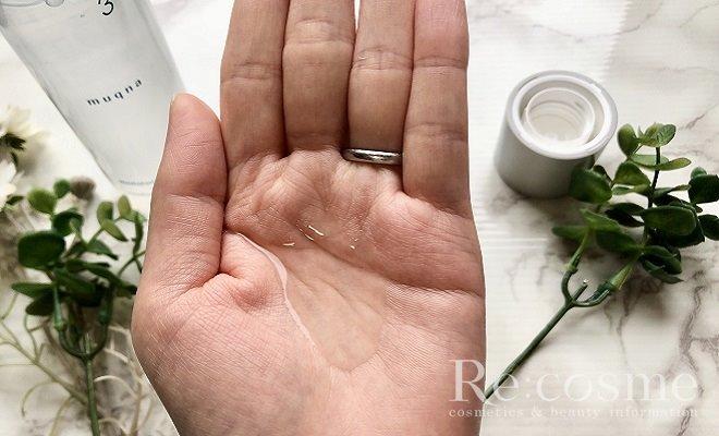 ムクナの化粧水を手のひらに出した写真