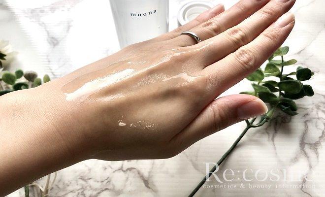 ムクナの化粧水を手の甲に広げた写真