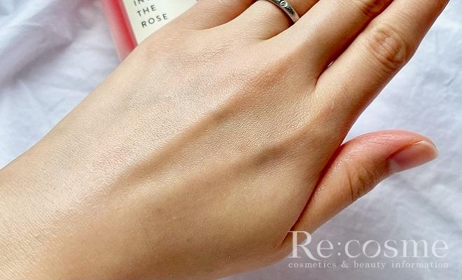 シオリスのミスト化粧水を手の甲につけてすぐの写真