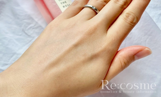 シオリスのミスト化粧水を手の甲に馴染ませた写真