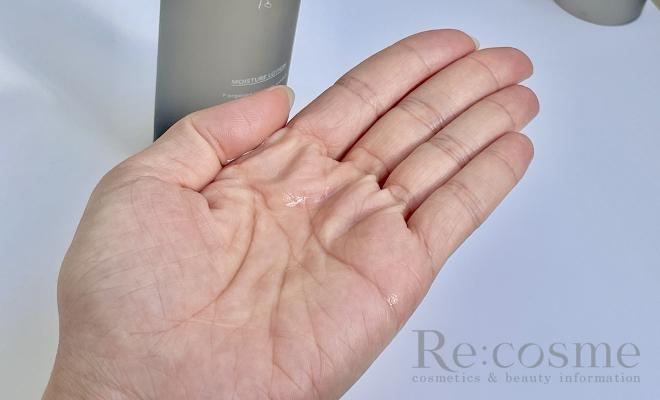手のひらにエッフェオーガニックの化粧水をとった様子