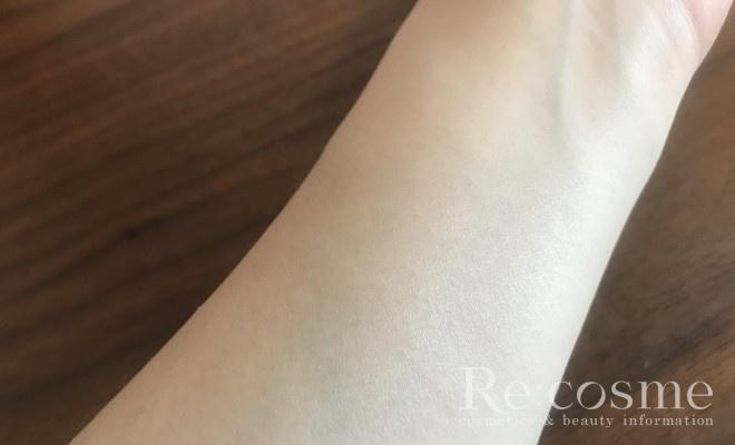 手の内側に化粧下地を塗った状態