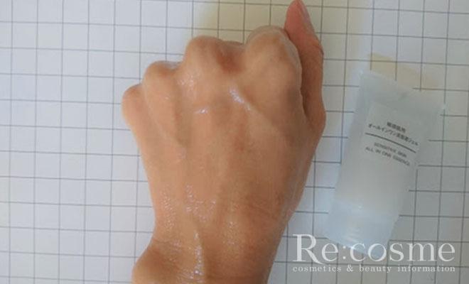 無印良品 敏感肌用オールインワンジェルを手の甲に伸ばす