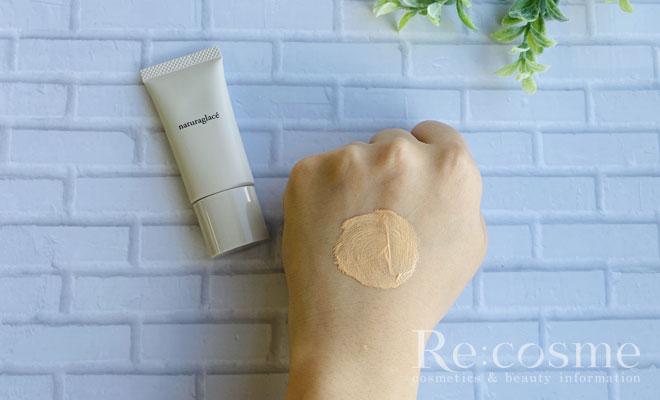 ナチュラグラッセのメイクアップクリームを手の甲に塗り広げた様子