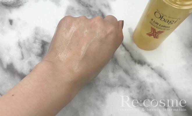 オバジXの化粧水を手の甲にのばした様子
