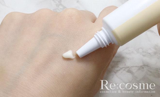 ニイカのアイクリームを手の甲に出している写真です。