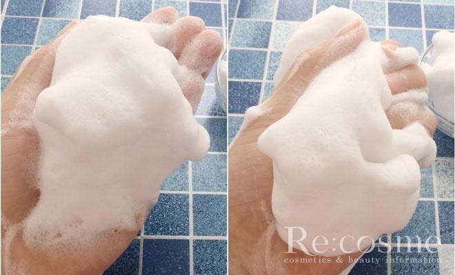 泡立てた泡を手のひらに取っている写真です。